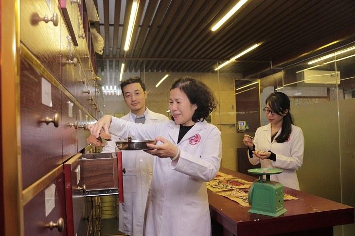Bác sĩ Vân Anh và đồng nghiệp cùng nghiên cứu phục dựng bài thuốc xương khớp từ Ngự y triều Nguyễn