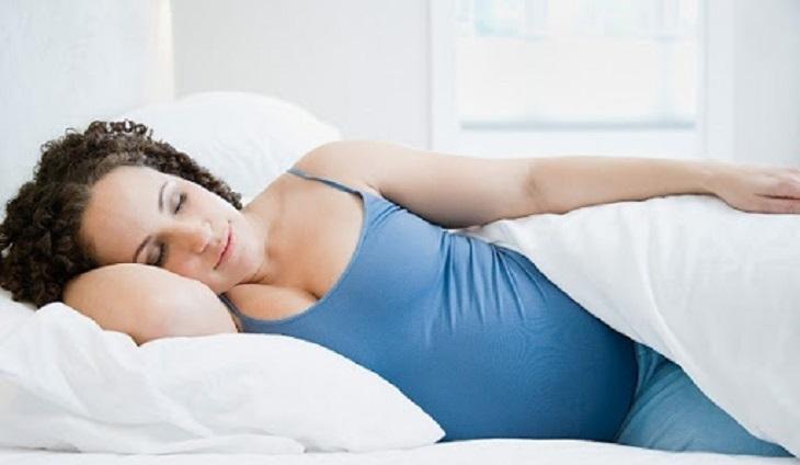 Việc nằm nghiêng sang phải là tư thế tốt cho giấc ngủ, nhất là đối với bà bầu