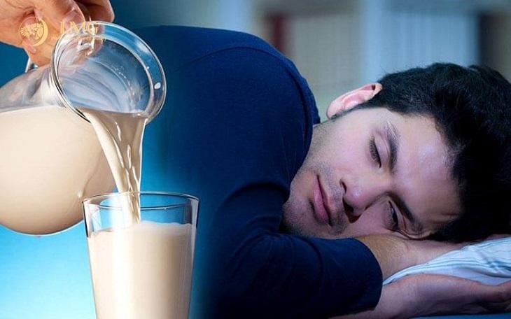 Uống một cốc sữa ấm trước khi đi ngủ là cách trị mất ngủ đơn giản, hiệu quả với nhiều người