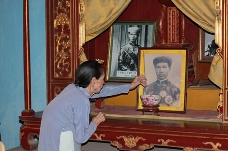 Cụ Lê Thị Dinh thờ cúng các vị vua triều Nguyễn