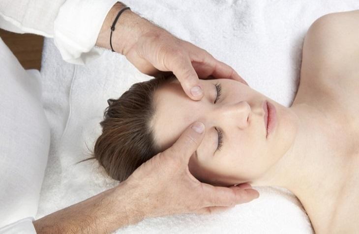 Bấm huyệt là phương pháp được khá nhiều người áp dụng để điều trị mất ngủ