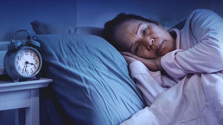 Mất ngủ gây nhiều hệ lụy đến sức khỏe vì vậy điều trị dứt điểm bệnh là điều cần thiết