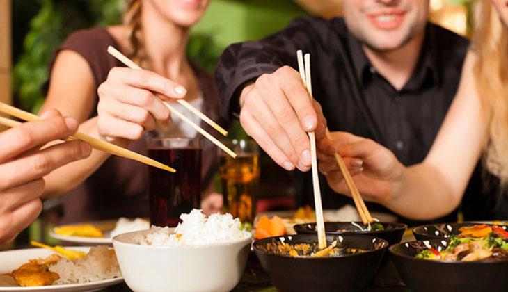 Dùng chung dụng cụ ăn uống có thể dẫn đến ây bệnh dạ dày