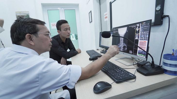 Kết hợp thăm khám Tây y cho hiệu quả toàn diện hơn