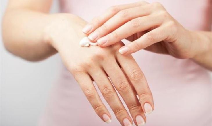 Nên thường xuyên cung cấp độ ẩm cần thiết cho da tránh bị khô nứt và kích ứng bởi chất tẩy rửa