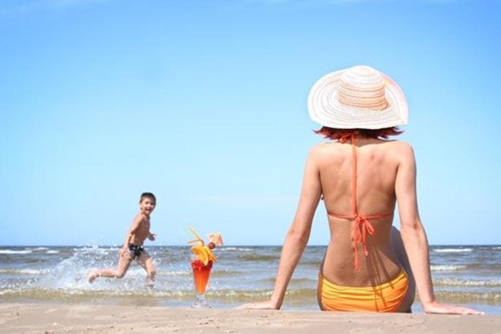 Sử dụng ánh nắng tự nhiên có chứa tia UVB để trị vảy nến là cách dễ dàng thực hiện ngay tại nhà nhưng hiệu quả chưa cao