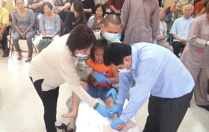 Lương y Võ Hoàng Yên nổi dang vì những hoạt động khám chữa bệnh miễn phí cho trẻ em nghèo