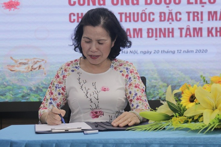 Tiến sĩ, Bác sĩ Nguyễn Thị Vân Anh đặt bút ký kết hợp tác