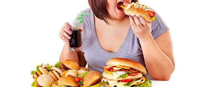 Tránh việc ăn quá nhiều thức ăn một lúc để ngăn cản nguy cơ trào ngược nguy hiểm