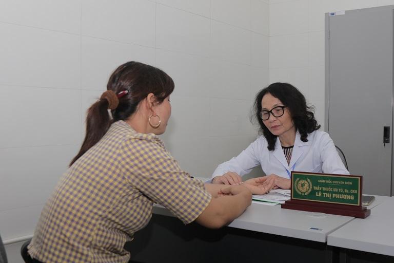 Hình ảnh người bệnh thăm khám theo phương thức Đông Y