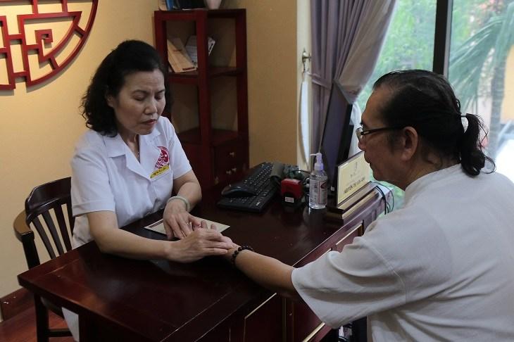 Bác sĩ Vân Anh bắt mạch chẩn đoán bệnh mất ngủ