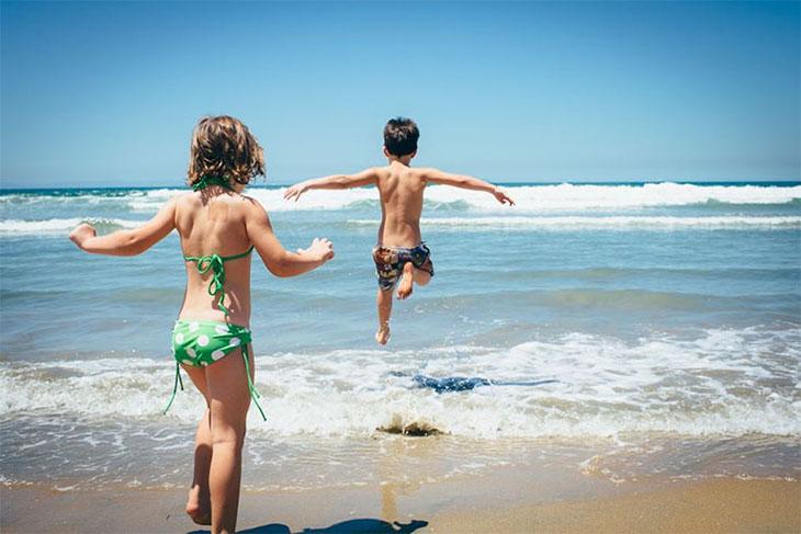 Người bệnh hoàn toàn có thể tắm biển bình thường khi bị vảy nến
