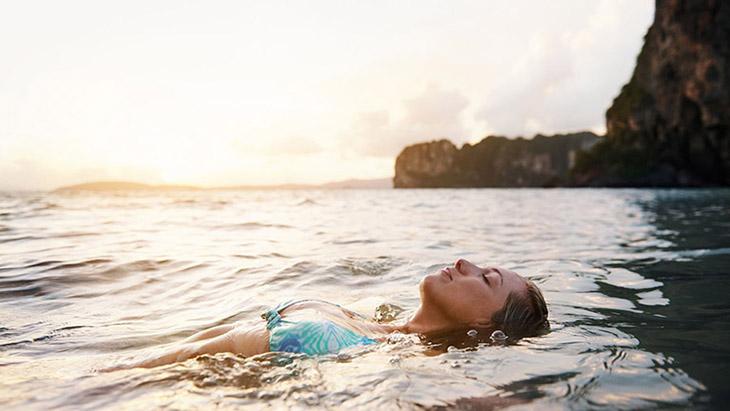 Người bị vảy nến không nên tắm biển quá lâu bởi nồng độ muối của nước biển cao hơn dịch sinh lý của cơ thể