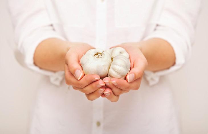 Một trong những bài thuốc dân gian phổ biến và hiệu quả là chữa á sừng bằng tỏi