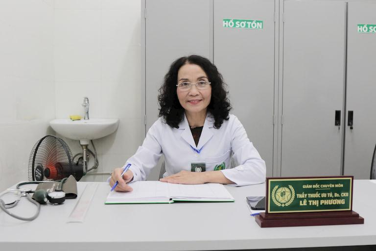 Bác sĩ Lê Phương có hơn 40 năm kinh nghiệm trong khám, điều trị mề đay