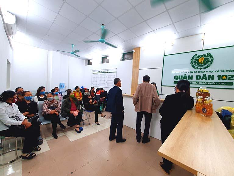 Nhiều người bệnh chờ tới lượt thăm khám tại Quân dân 102