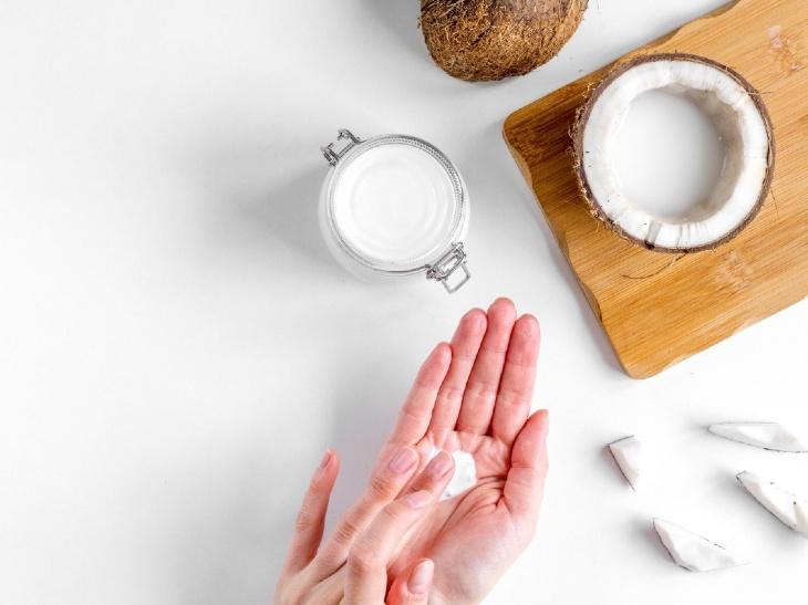 Thoa dầu dừa lên vùng da bị á sừng giúp giảm triệu chứng nứt nẻ, ngứa ngáy