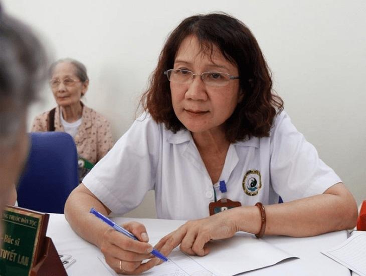 Bác sĩ Nguyễn Thị Tuyết Lan luôn nỗ lực tìm hiểu tinh hoa y học dân tộc