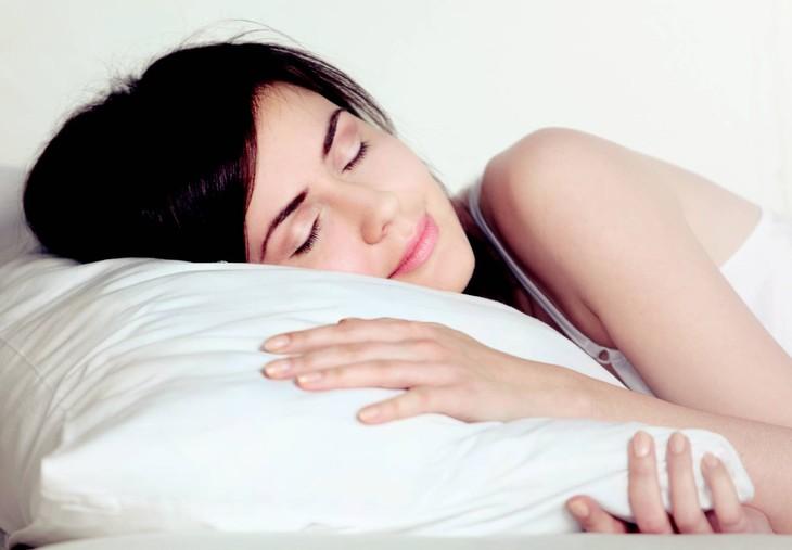 Kê gối cao giúp người bệnh phòng tránh trào ngược
