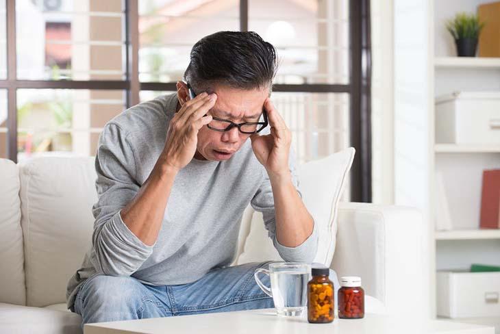 Đau đầu giật dây thần kinh là tình trạng người bệnh bị đau đầu kèm theo triệu chứng giật dây thần kinh