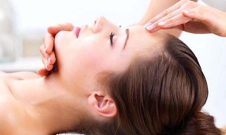 Người bệnh nên massage thư giãn đầu, cổ và vai gáy mỗi ngày