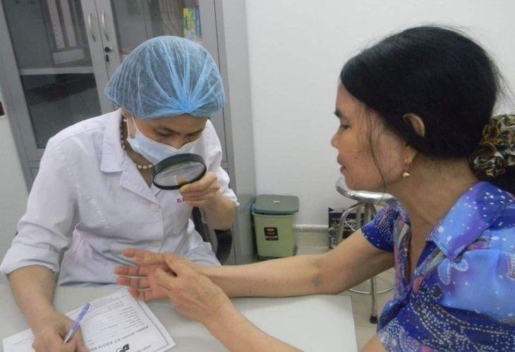 Thăm khám da liễu là việc bắt buộc để xác định phác đồ điều trị vảy nến