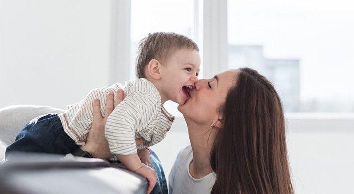 Việc người lớn hôn trẻ có thể làm trẻ bị lây vi khuẩn HP