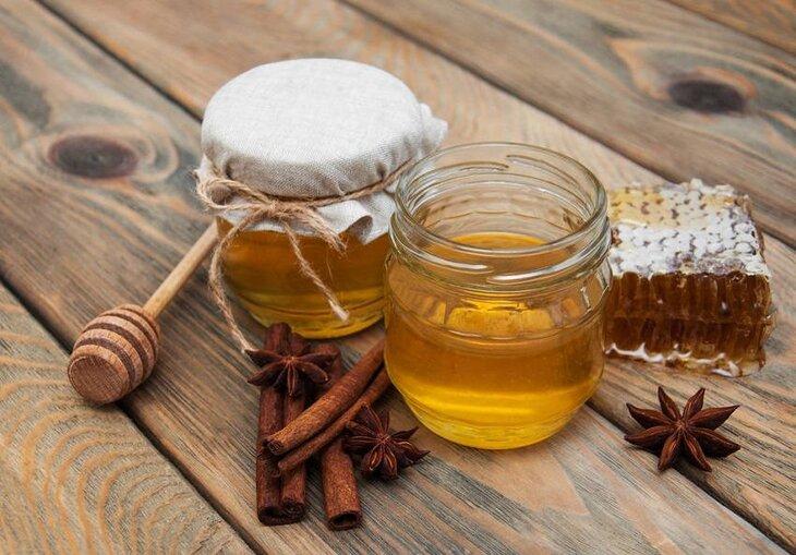 Dùng mật ong và quế