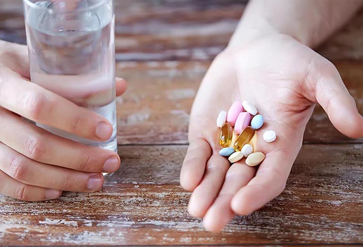 Uống thuốc Tây y giảm đau nhanh chóng nhưng lại gây áp lực lên chức năng gan thận
