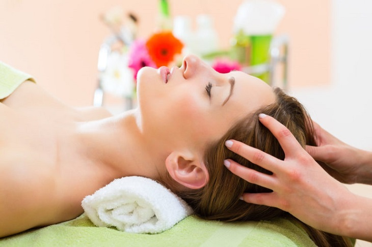 Massage đầu là phương pháp trị đau đầu khi ngủ trưa dậy hiệu quả
