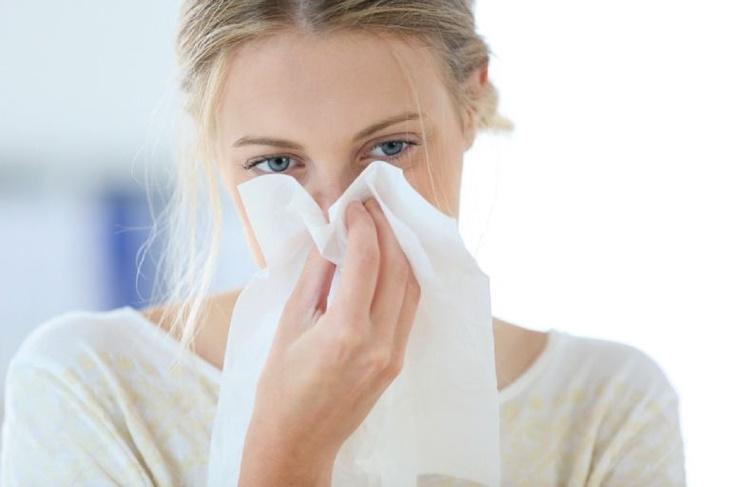 Nhức đầu, ho, sổ mũi cũng là các triệu chứng của bệnh viêm xoang