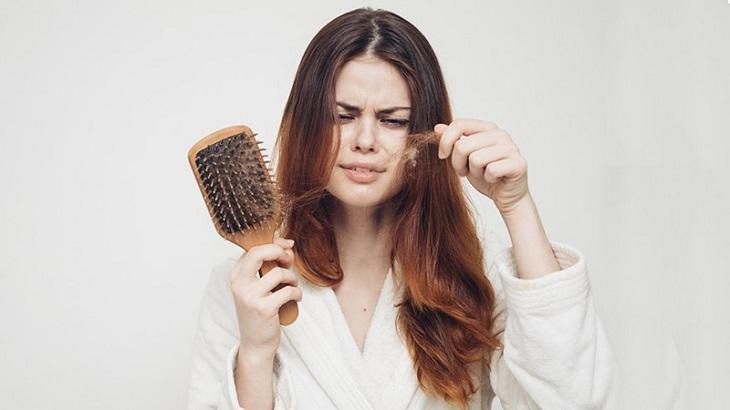 Tìm hiểu về chứng nhức đầu rụng tóc nhiều