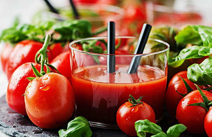 Cách chữa đau đầu sau khi uống rượu bia bằng nước cà chua được nhiều người áp dụng mang lại hiệu quả cao