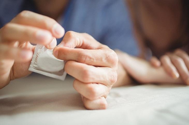 Việc sử dụng bao cao su khi quan hệ giúp giảm thiểu tình trạng lây nhiễm các bệnh qua đường tình dục