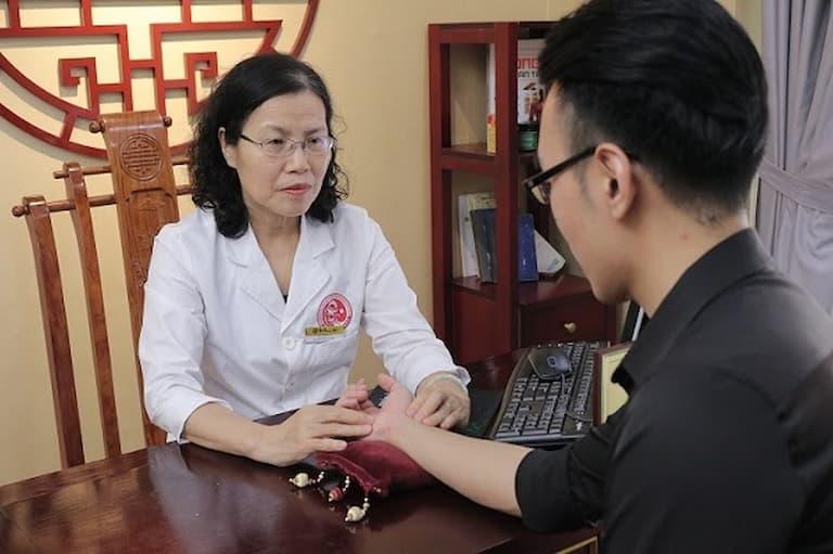 TS.BS Nguyễn Thị Vân Anh trực tiếp thăm khám cho người bệnh