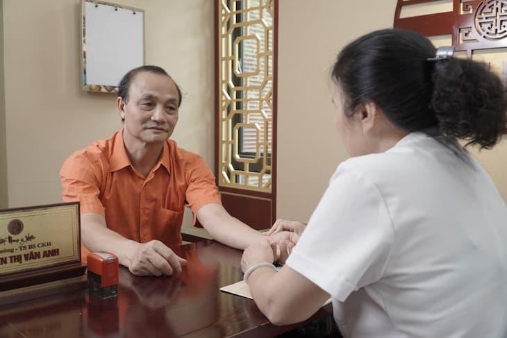 Chú Hải được bác sĩ Vân Anh thăm khám tại Nhất Nam Y Viện
