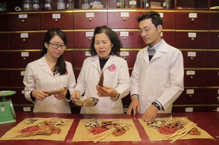 TS.BS Nguyễn Thị Vân Anh luôn dành thời gian hướng dẫn nhân sự trong công việc