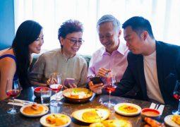 Vợ chồng bà Sang cùng các con ăn mừng sau khi chữa khỏi bệnh viêm xoang