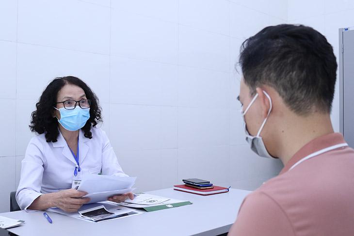 Bác sĩ trực tiếp thăm khám và xây dựng phác đồ điều trị cho từng người